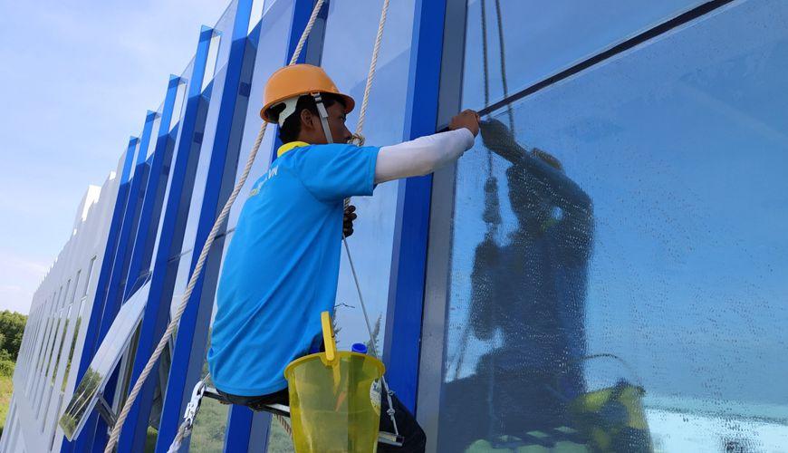 dịch vụ vệ sinh kính toà nhà cao tầng